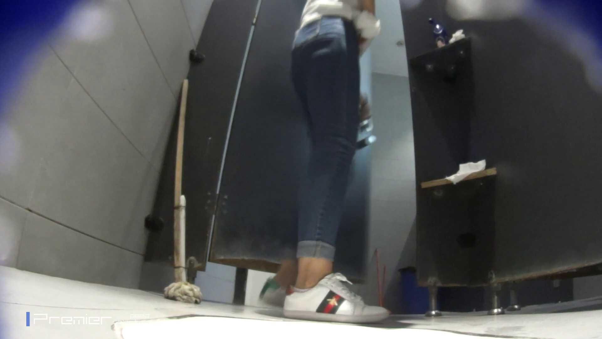 派手なスニーカーの女の子 大学休憩時間の洗面所事情63 丸見え | 高画質動画  89画像 1