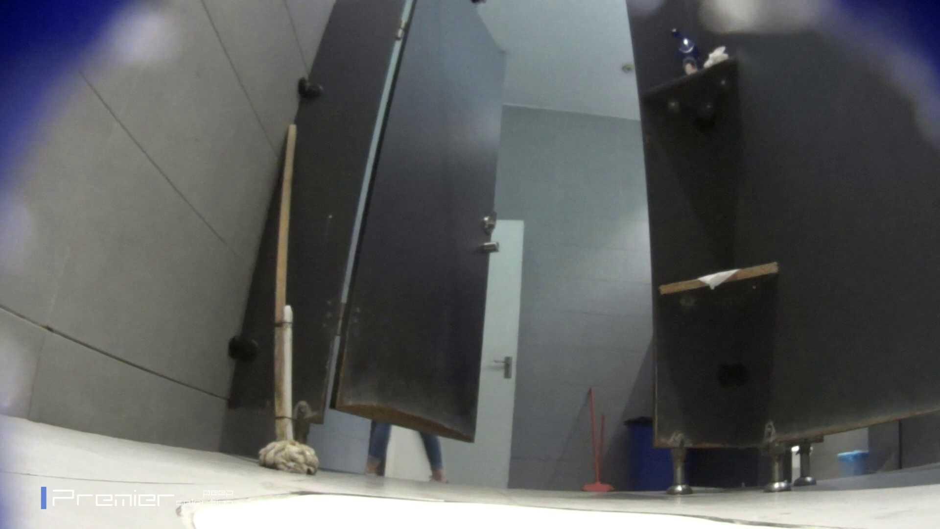 派手なスニーカーの女の子 大学休憩時間の洗面所事情63 丸見え | 高画質動画  89画像 23